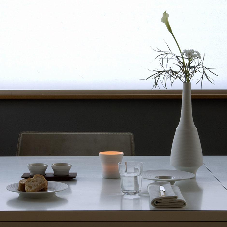 Белая фарфоровая настольная ваза