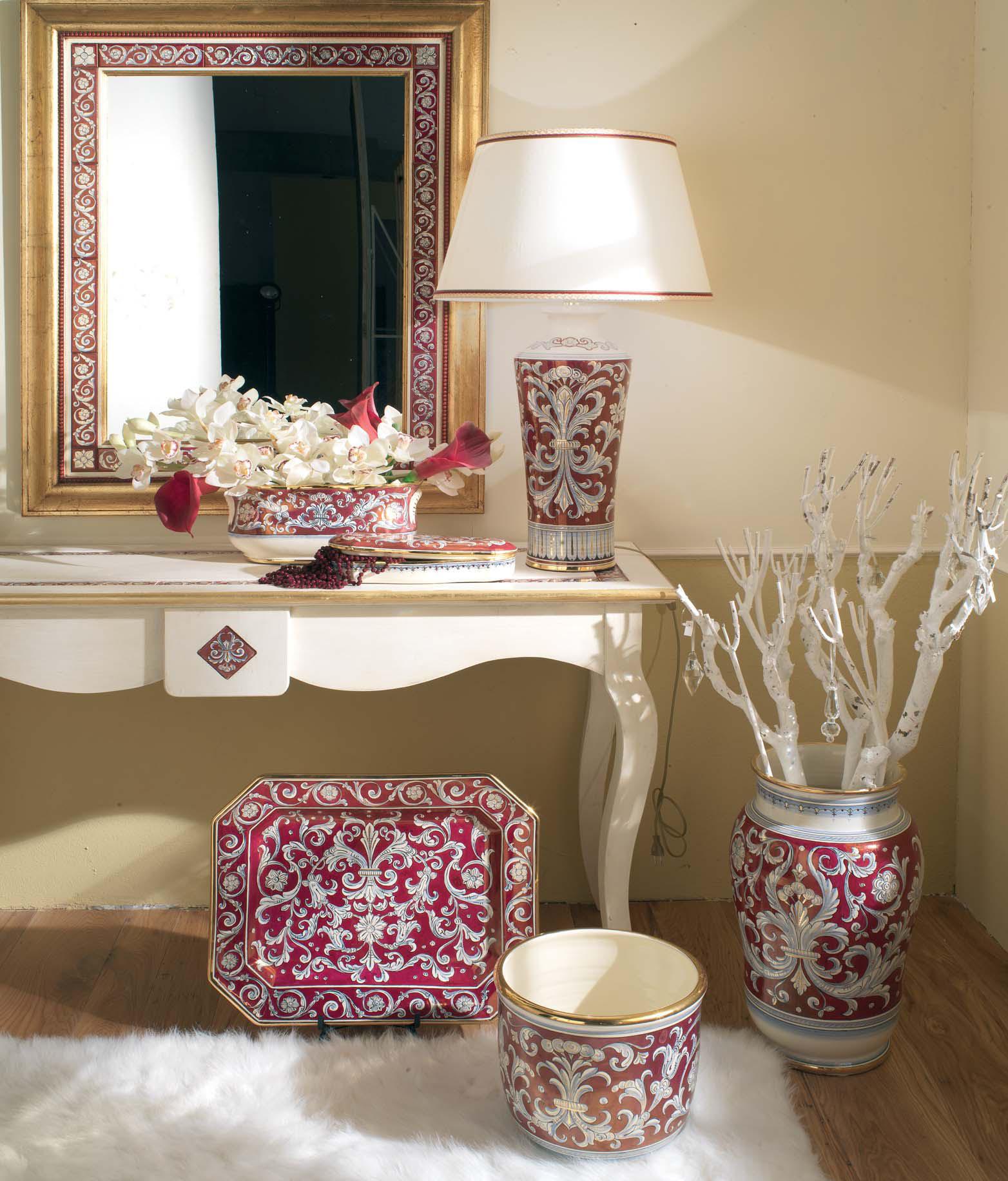 Разные виды фарфоровых ваз в прихожей