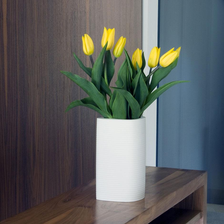 Белая фарфоровая ваза с цветами