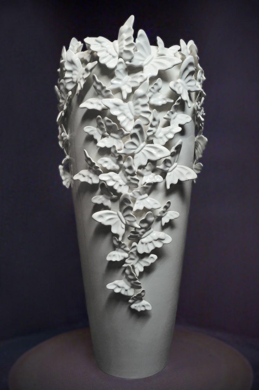 Белая напольная фарфоровая ваза с бабочками