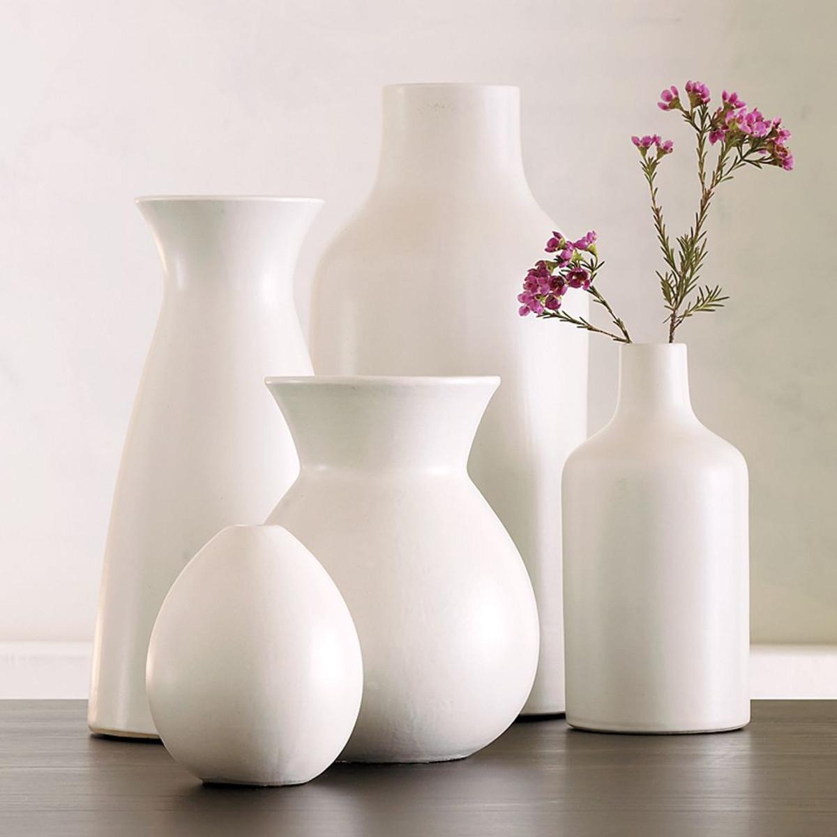 Белые фарфоровые вазы в интерьере