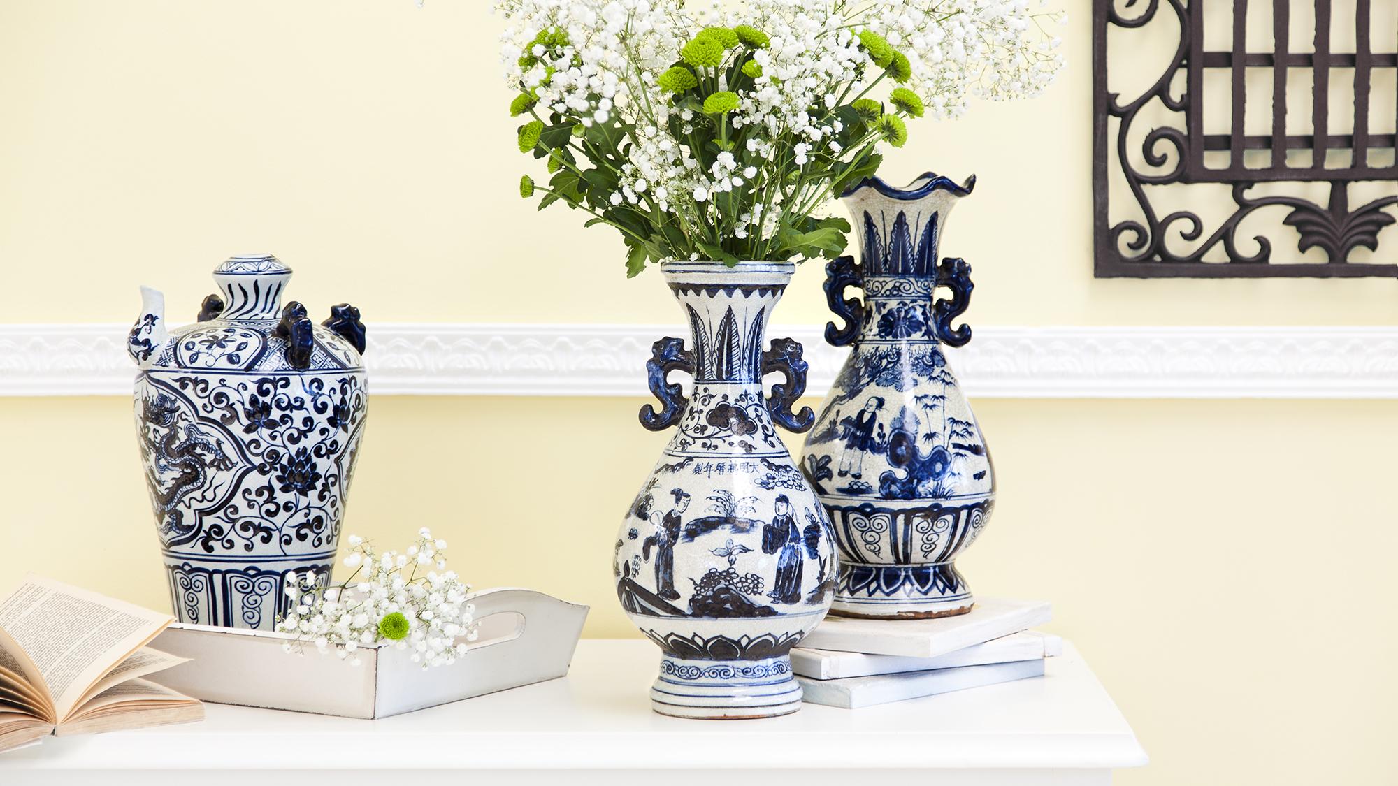 Бело-синие фарфоровые вазы в интерьере