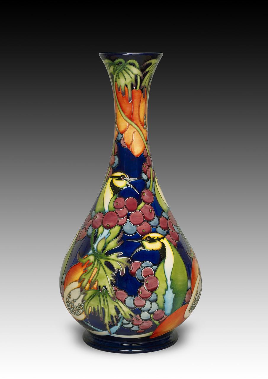 Фарфоровая ваза с росписью