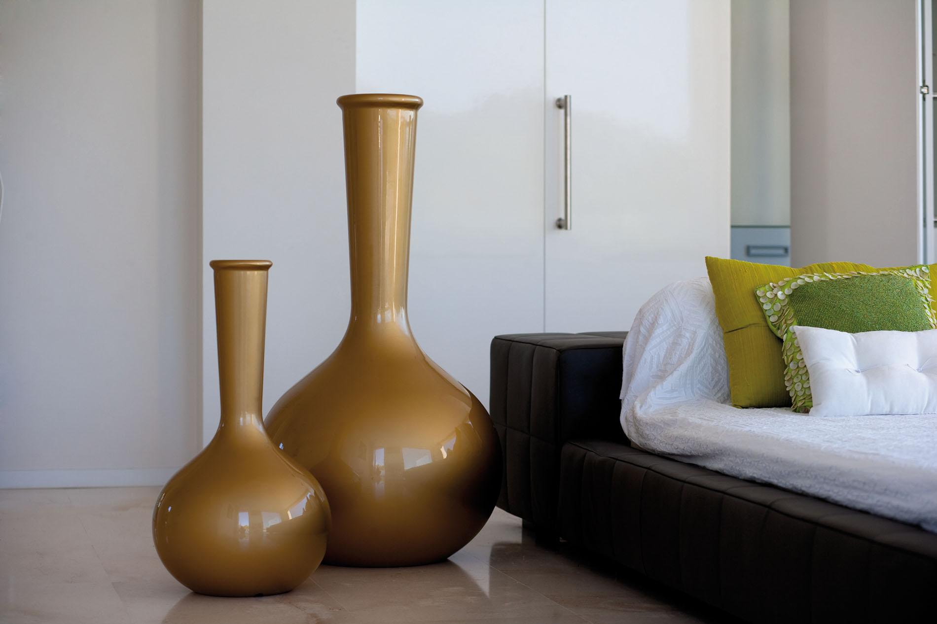 Коричневые напольные фарфоровые вазы в интерьере