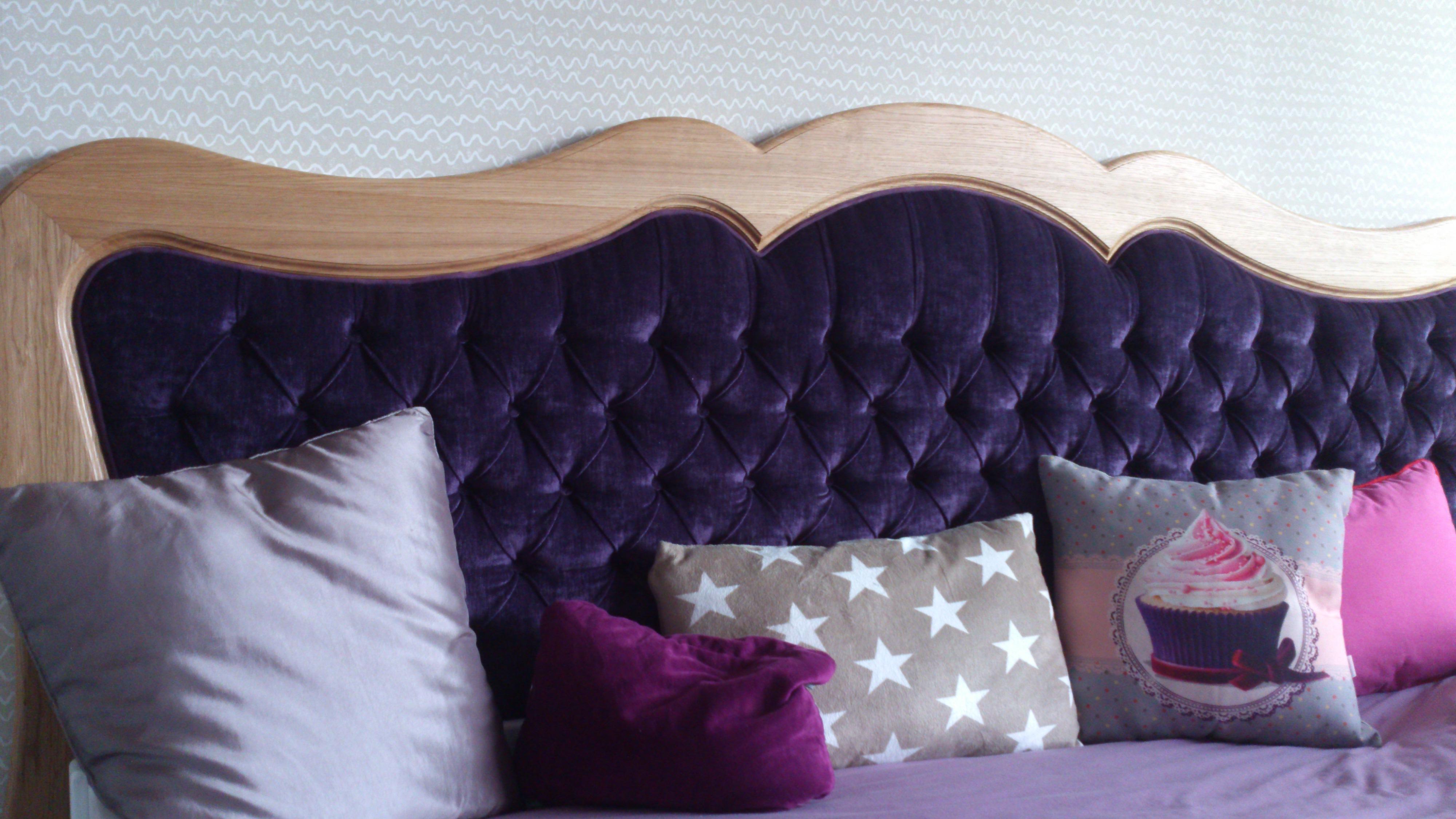 Кровать с фиолетовым мягким изголовьем