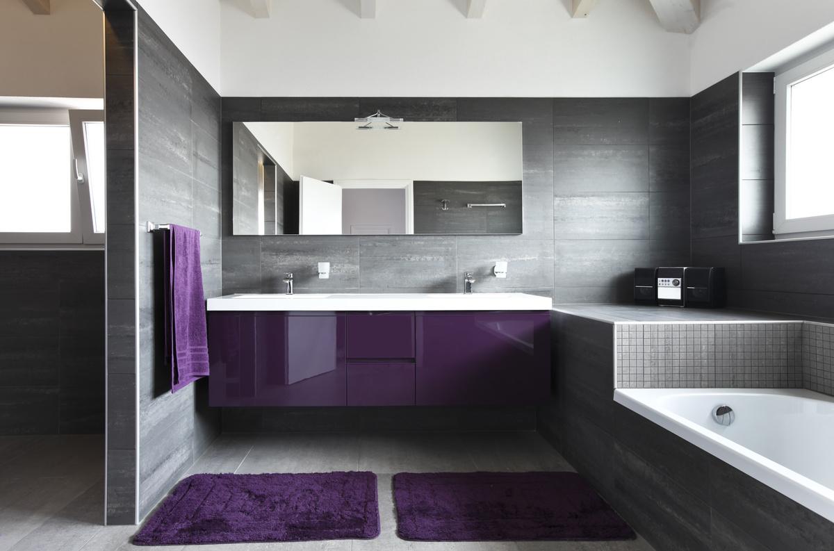 Серо-фиолетовая ванная комната