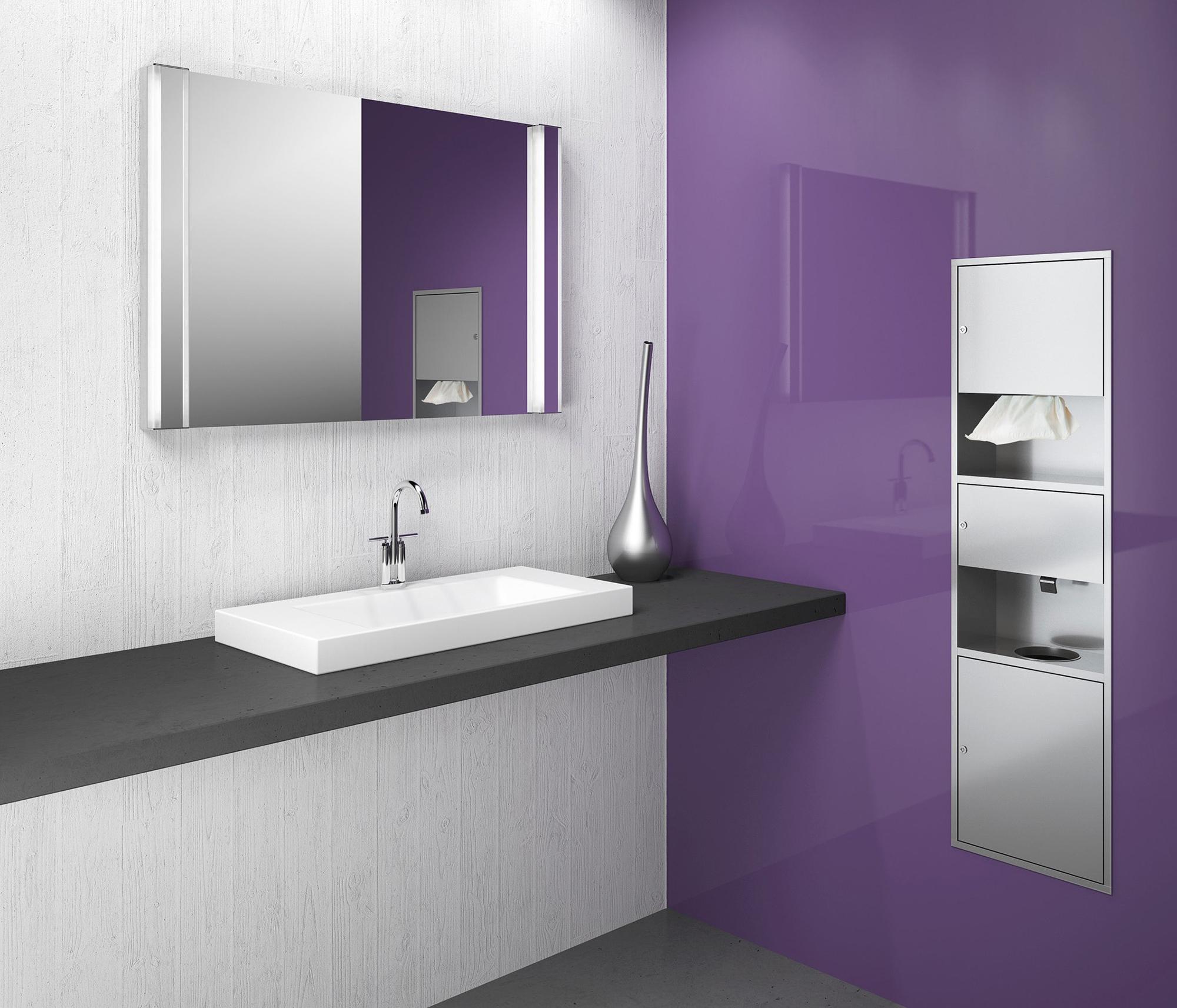 Фиолетовая стена в ванной