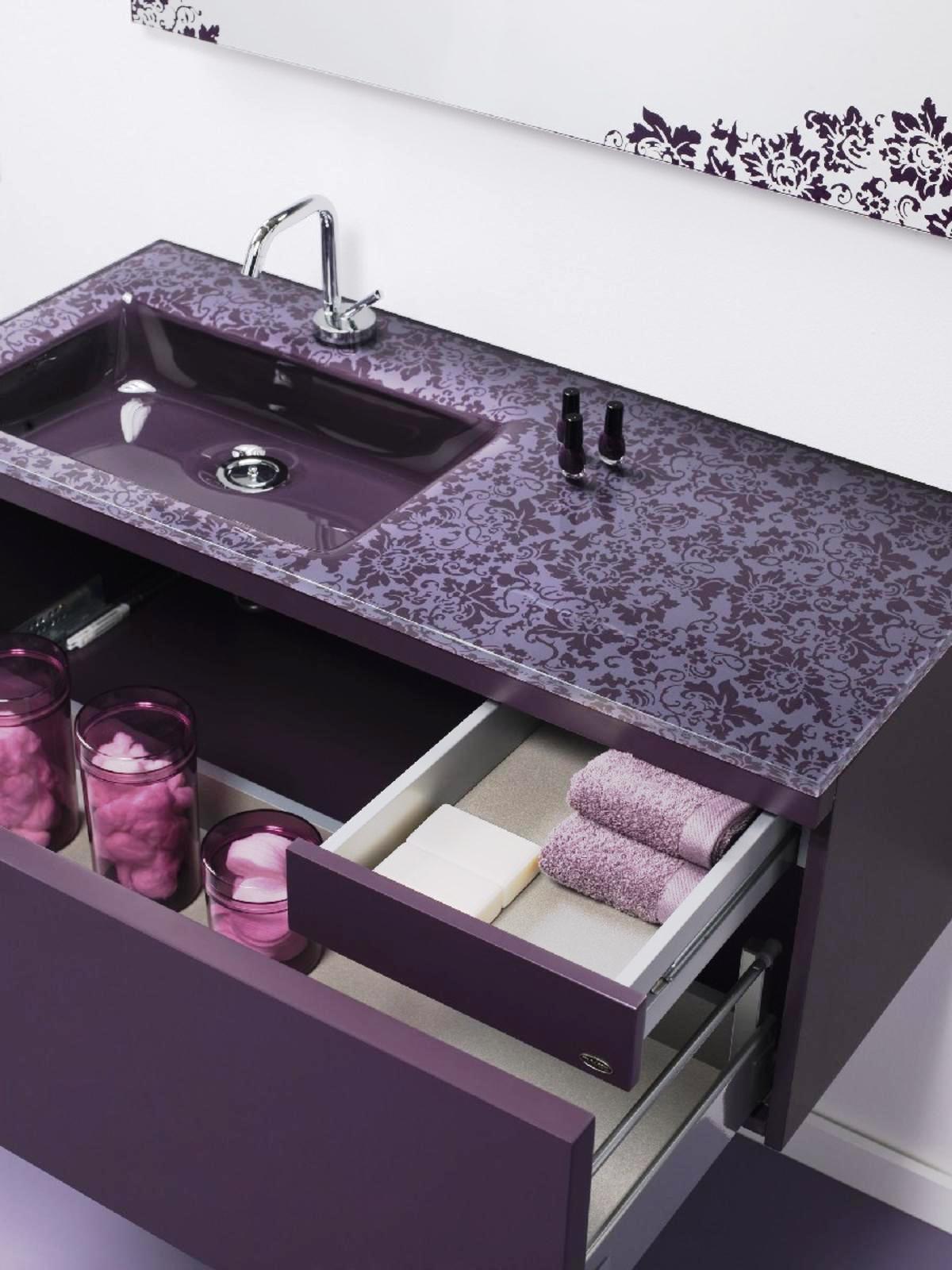 Фиолетовая тумба в ванной