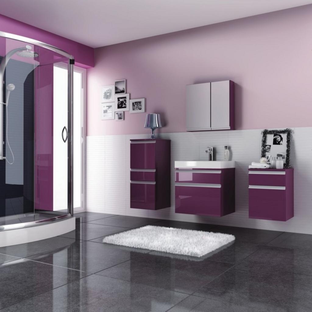 Современная ванная с фиолетовыми акцентами