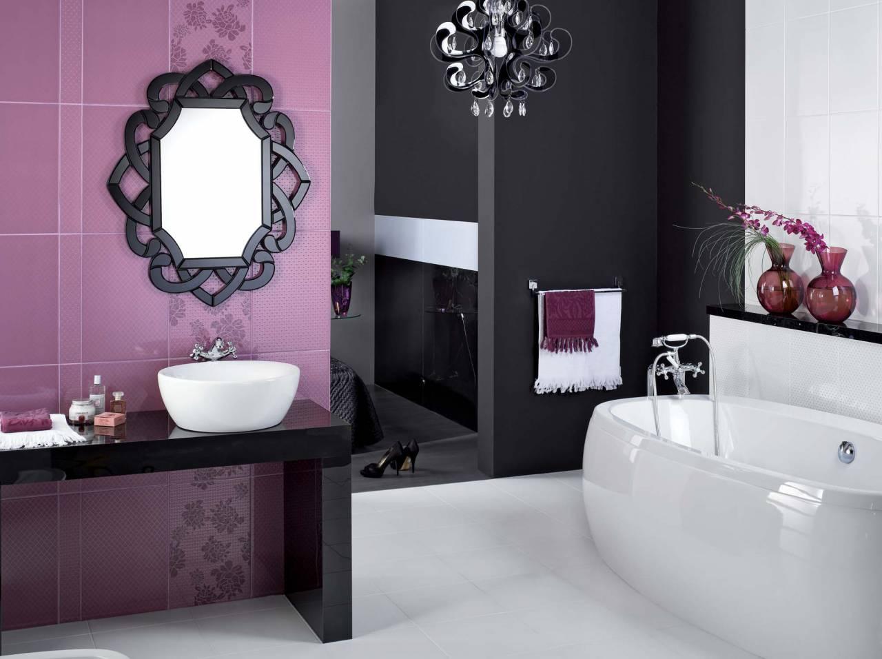 Фиолетовый, черный и белый цвета в дизайне ванной в стиле модерн