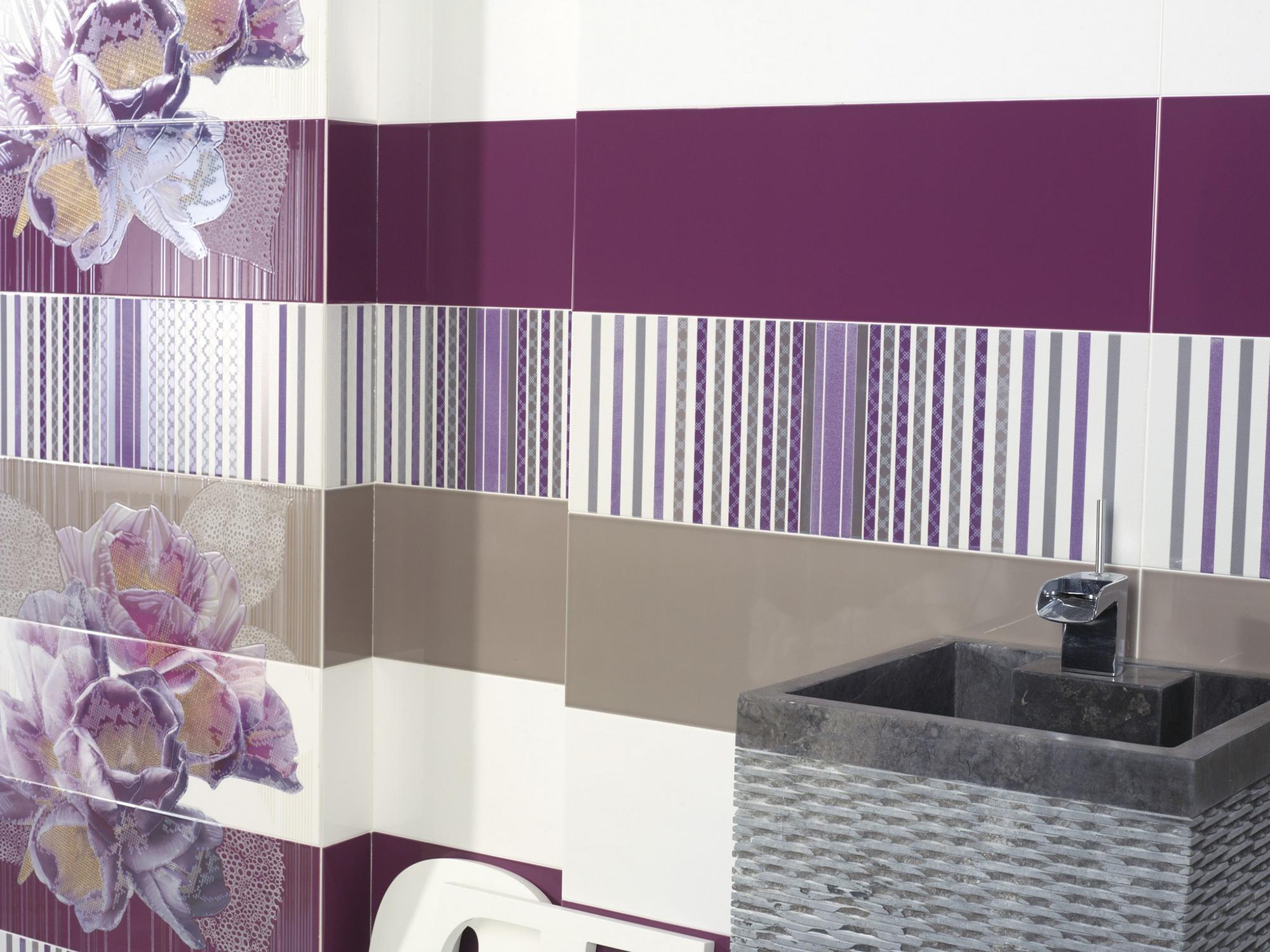 Фиолетовая плитка в ванной комнате