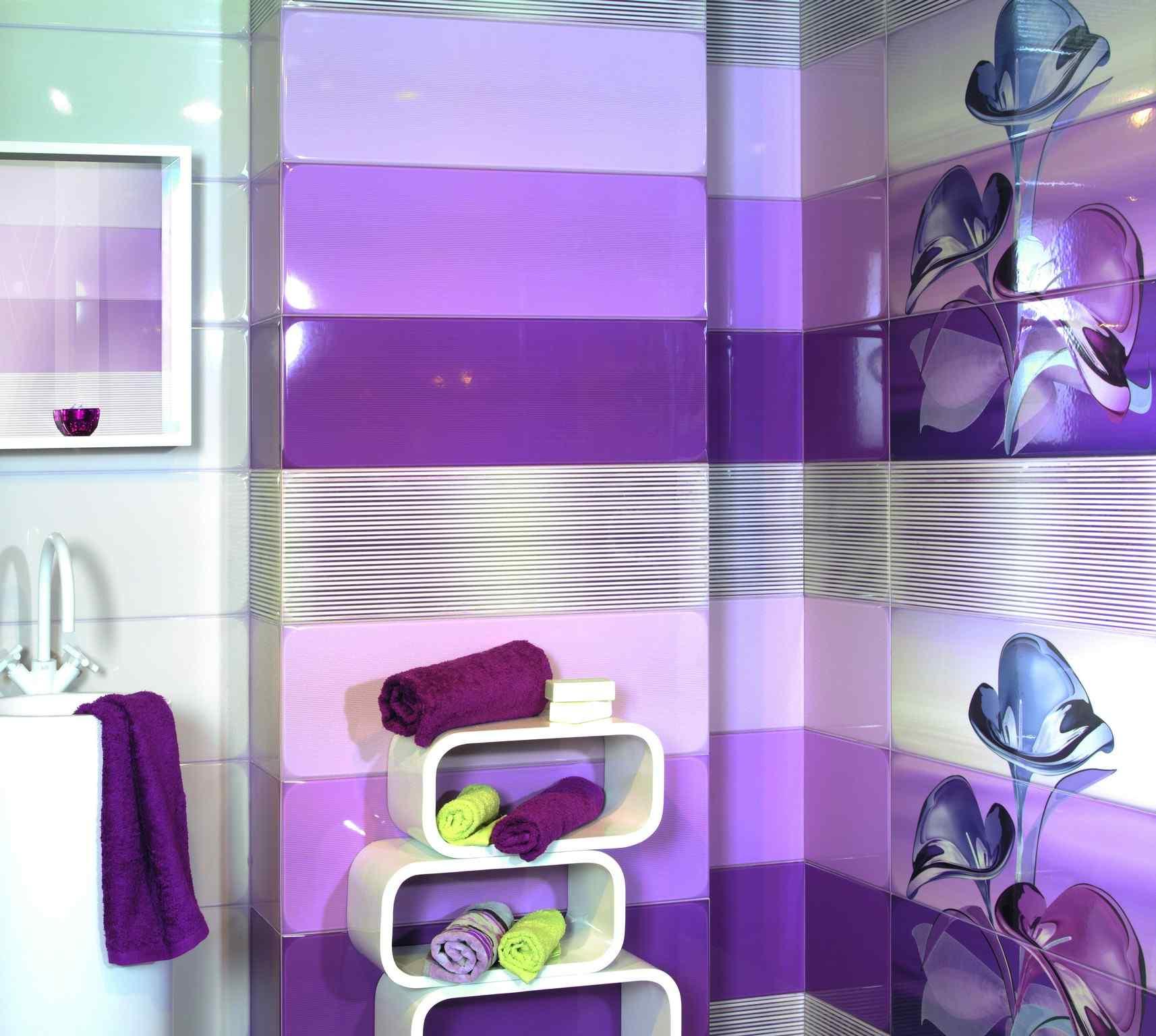 Сиренево-фиолетовый дизайн стен в ванной