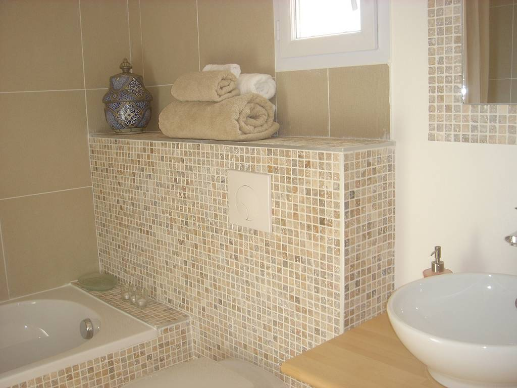 Бежевая ванная комната с гипсокартонным коробом