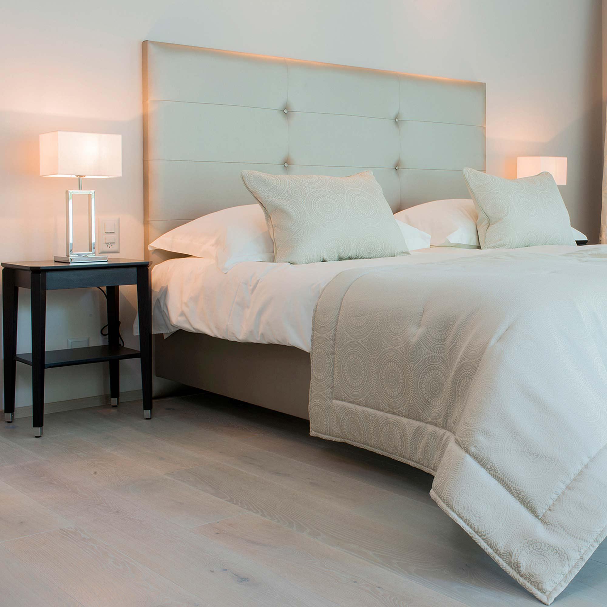 Кровать с голубым мягким изголовьем