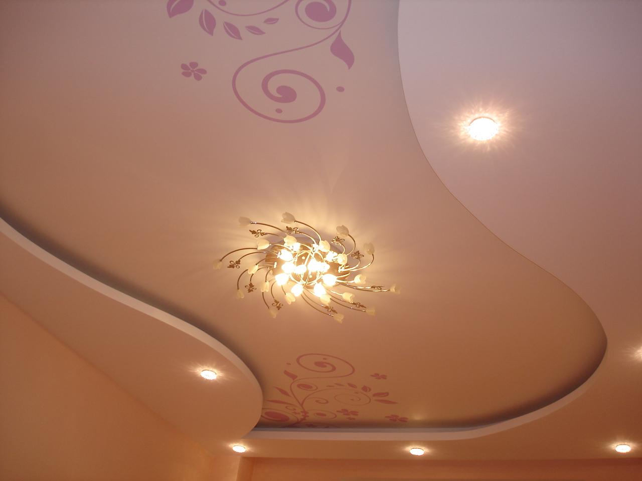 Нарядный потолок из гипсокартона с люстрой и точечными светильниками