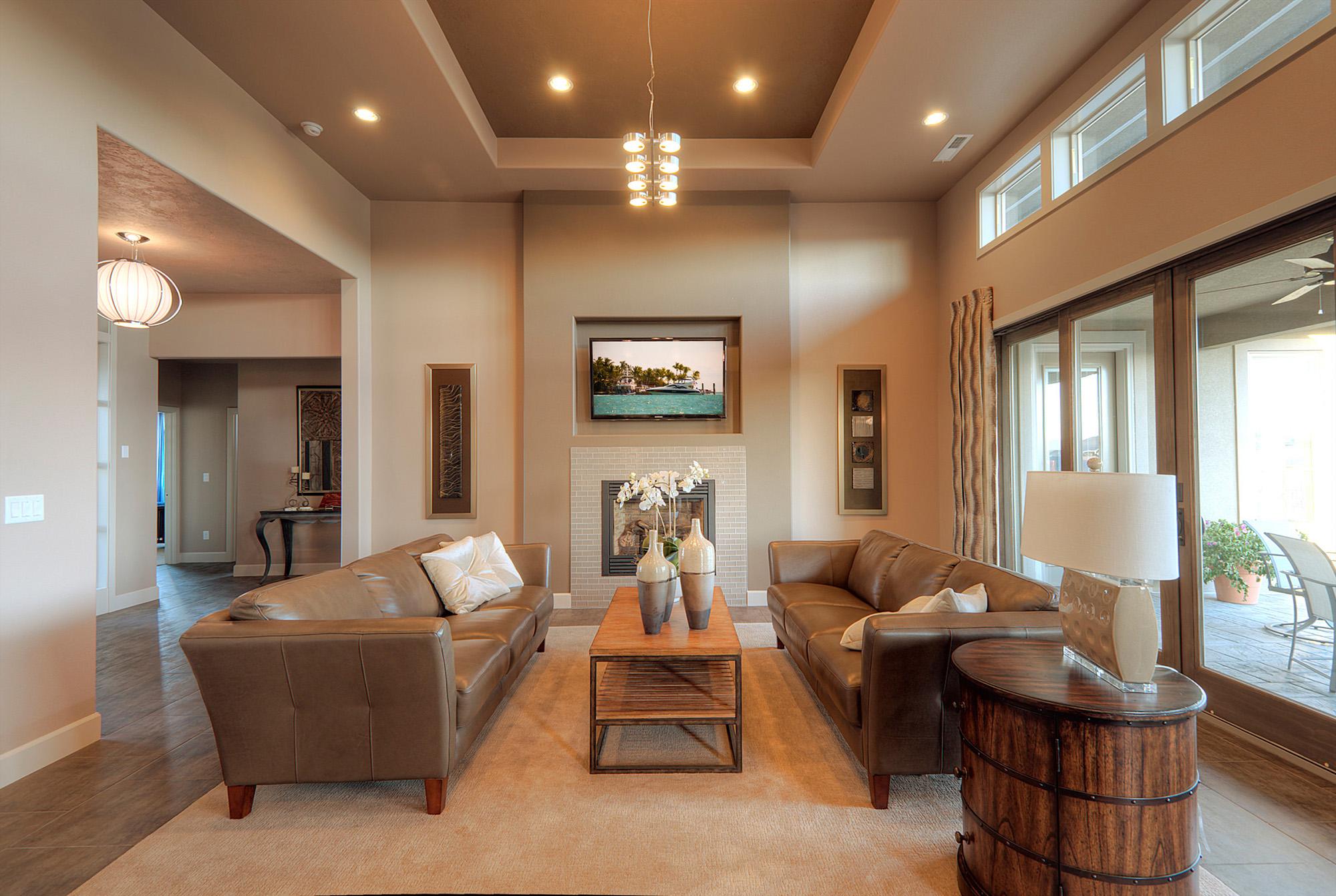 Двухуровневый потолок из гипсокартона в гостиной в коричневых тонах
