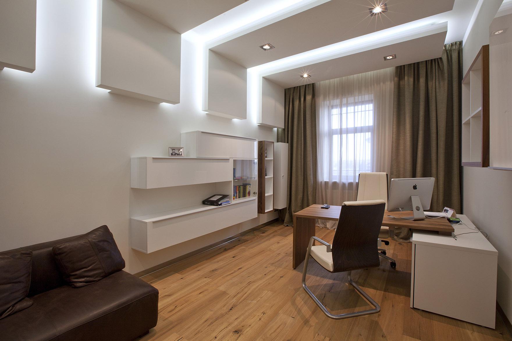 Белый необычный потолок из гипсокартона в гостиной-кабинете