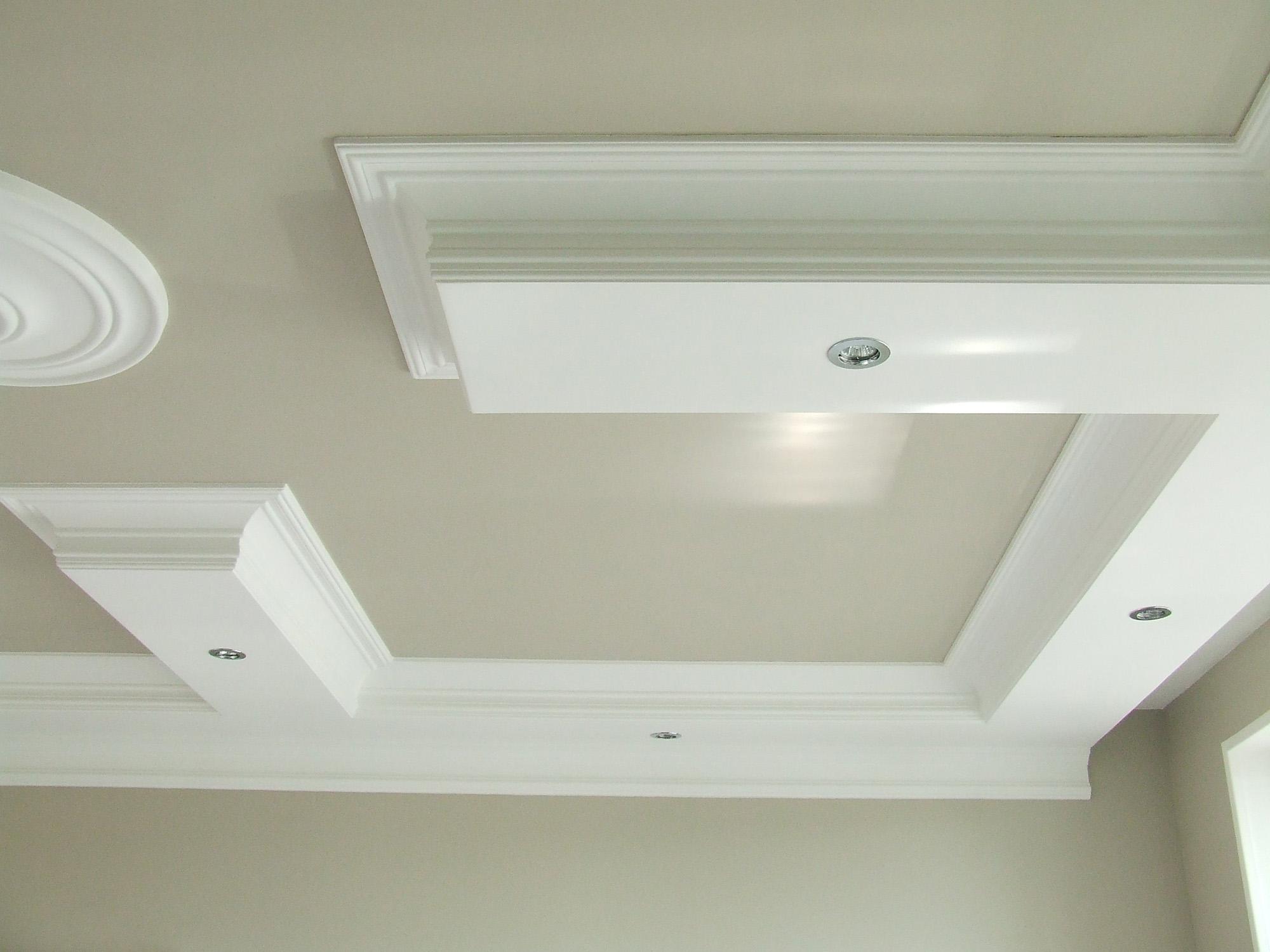 Бежево-белый потолок из гипсокартона в гостиной