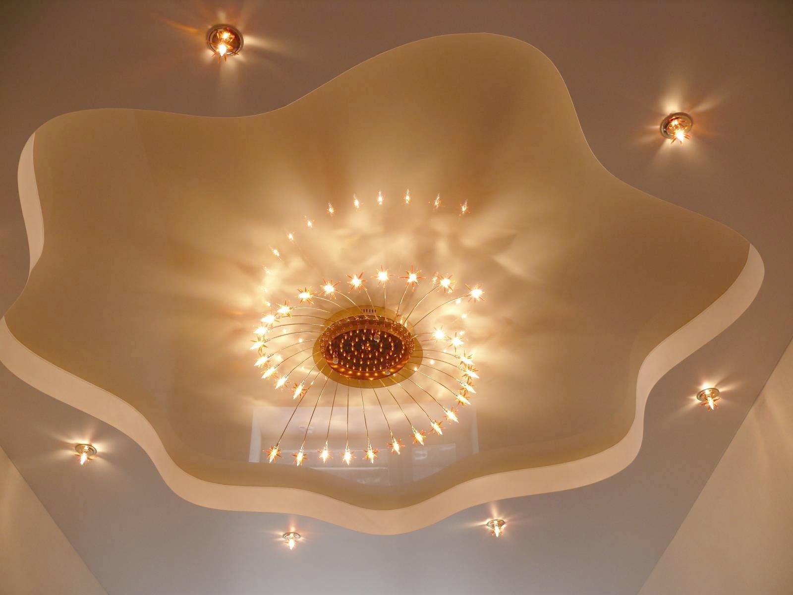 Красивый потолок из гипсокартона и натяжного потолка с люстрой и точечными светильниками