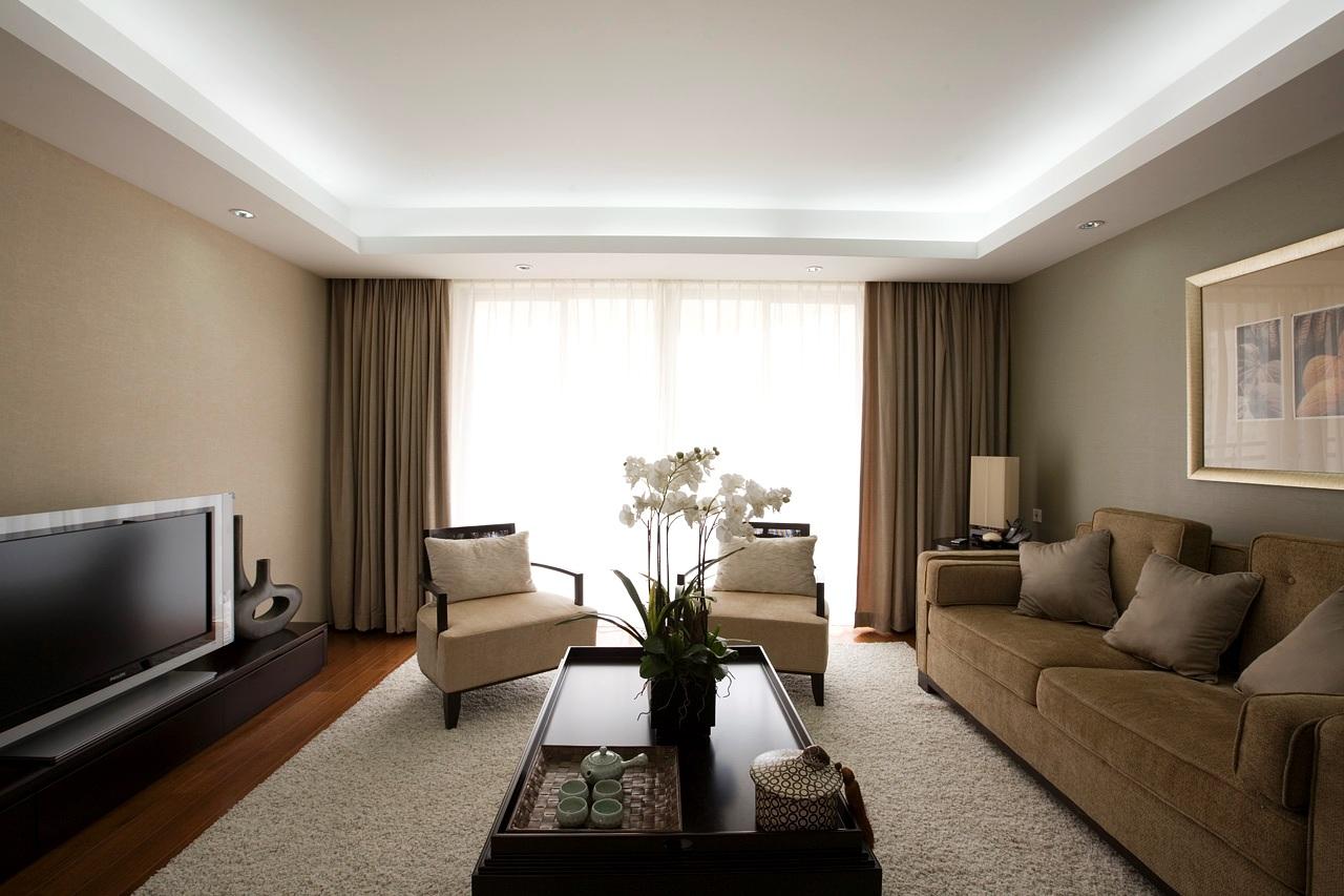 Белый двухуровневый потолок из гипсокартона с подсветкой в гостиной