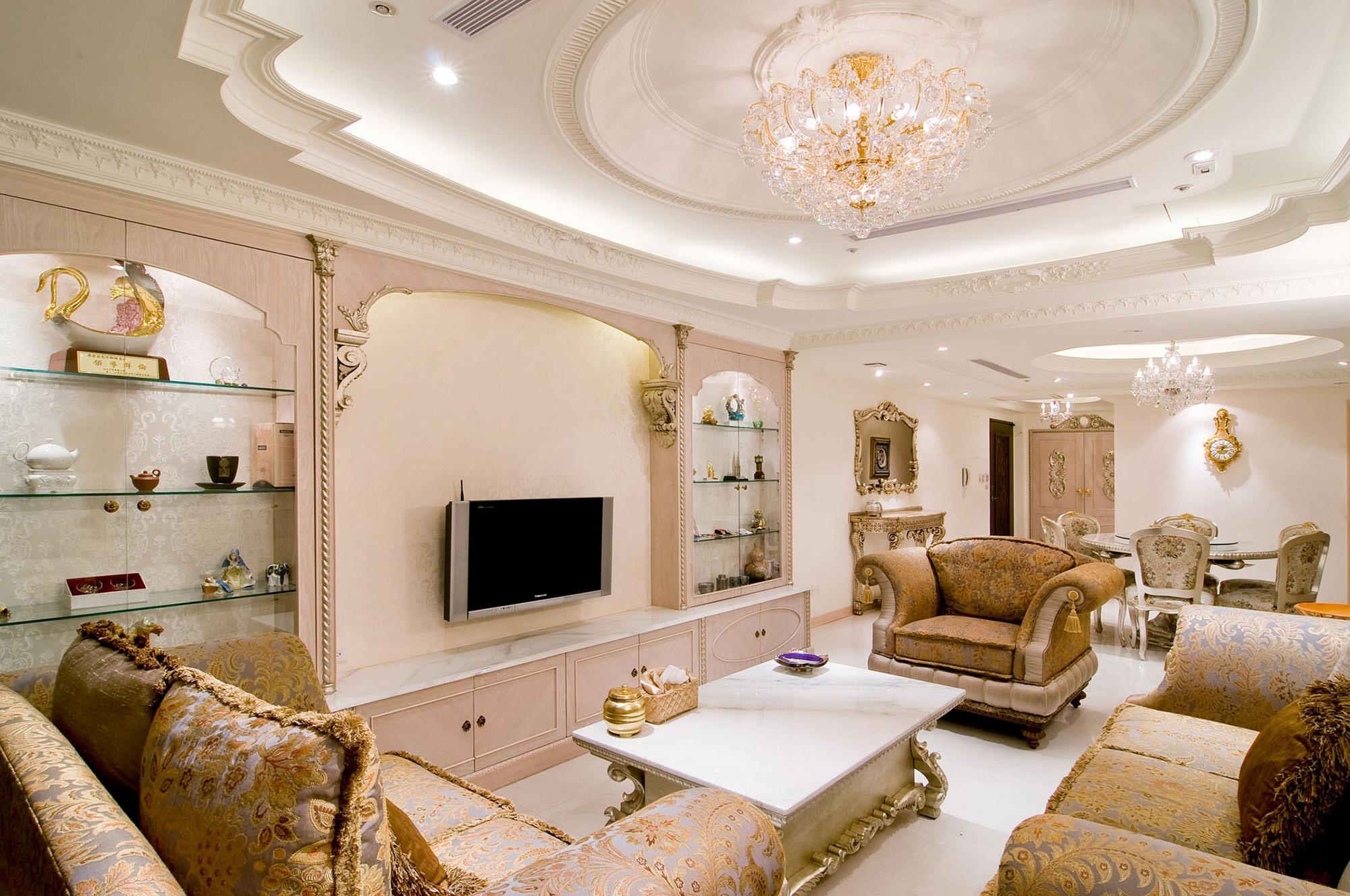 Нарядный классический многоуровневый потолок в гостиной