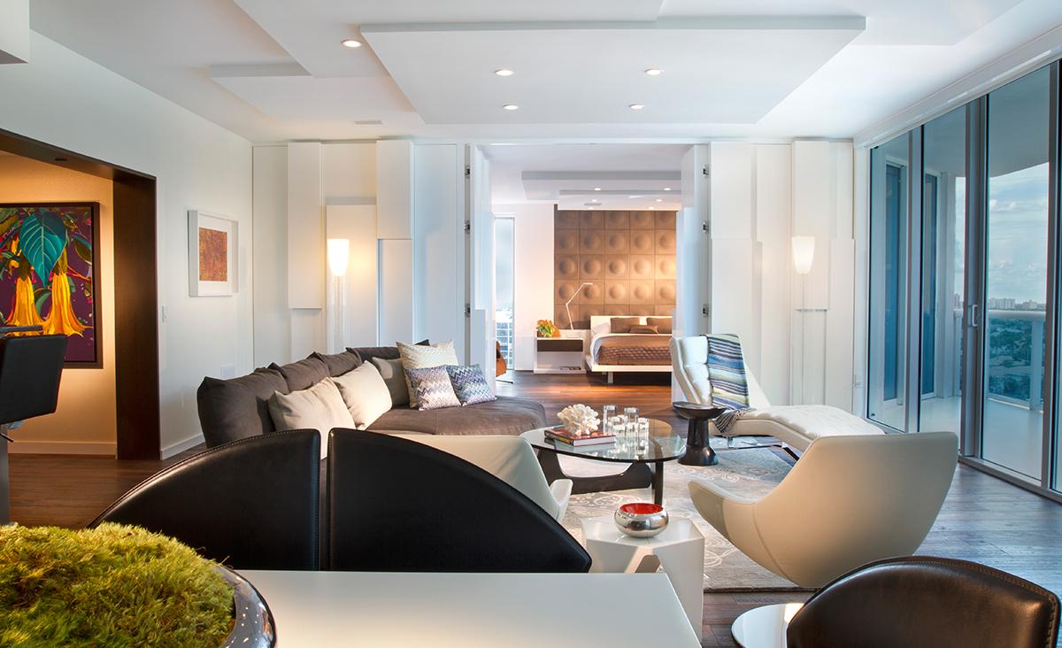 Белый оригинальный потолок из гипсокартона в гостиной в стиле модерн