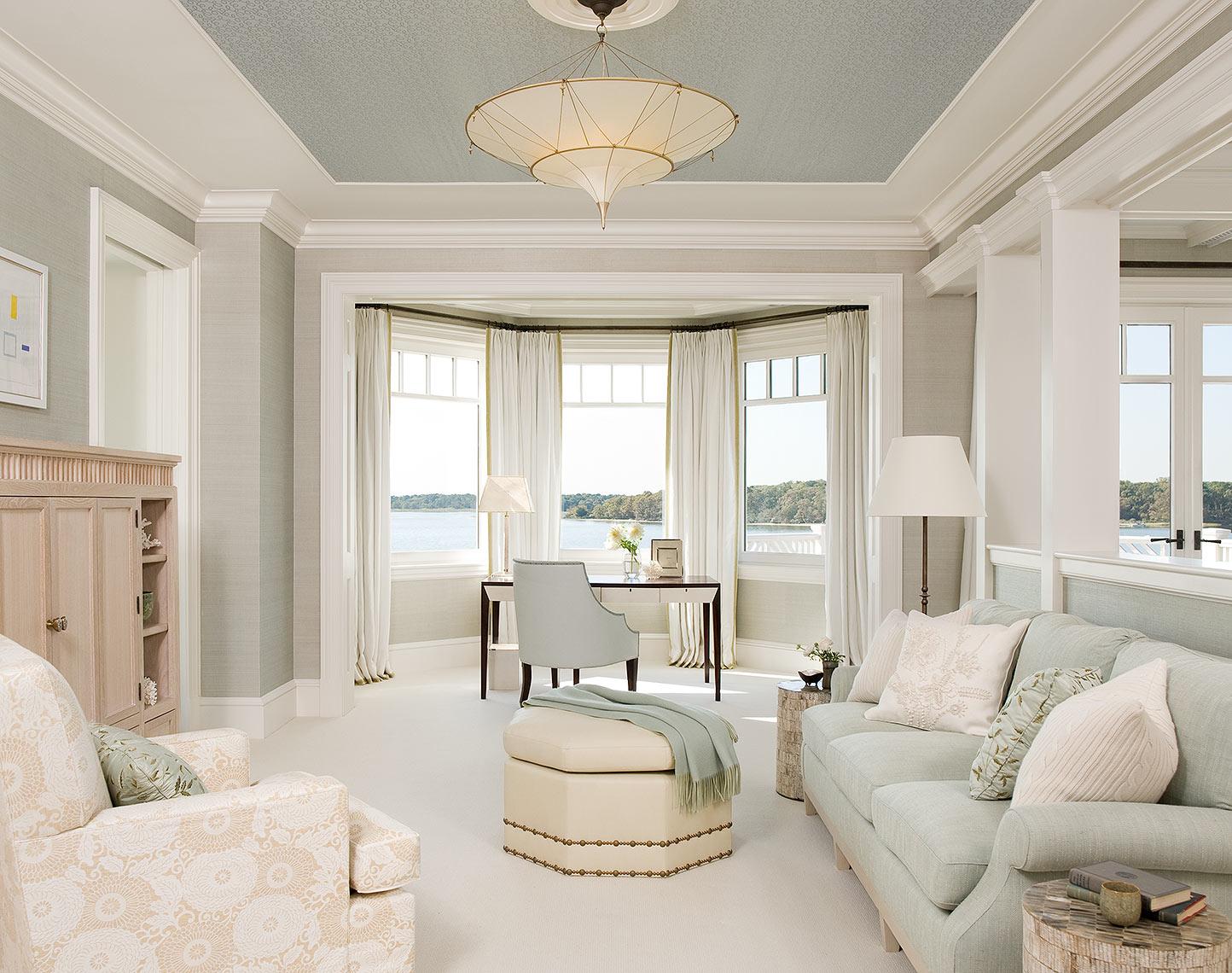 Мятно-белый потолок из гипсокартона в гостиной
