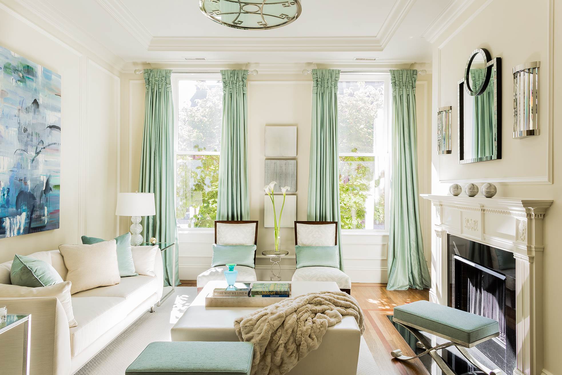 Салатовые шторы в гостиной с двумя окнами