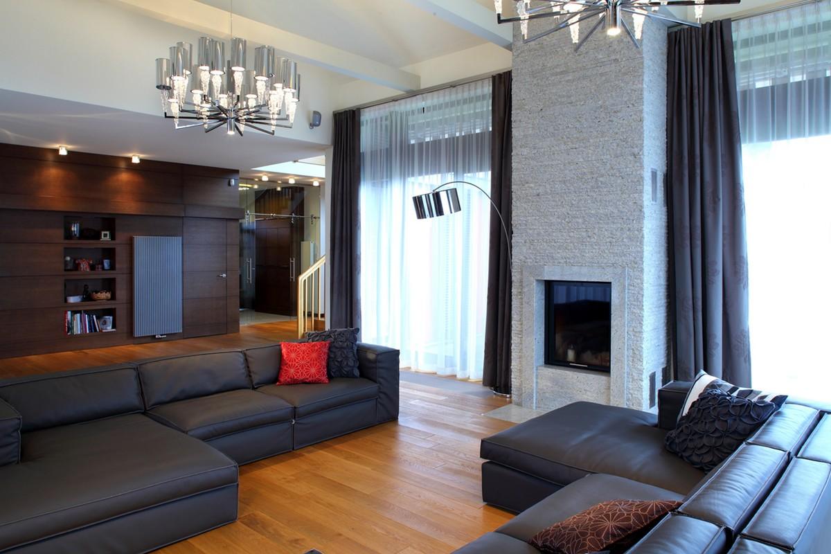 Большая гостиная с камином с двумя окнами на одной стене