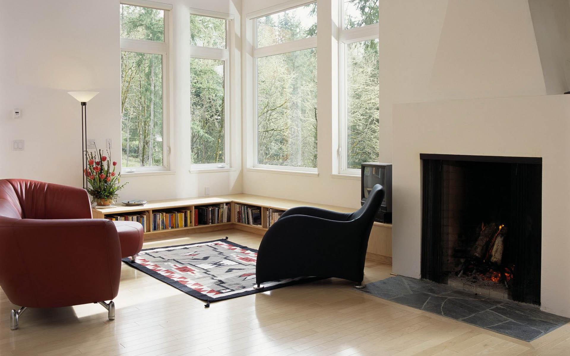 Гостиная с камином с двумя окнами на разных стенах