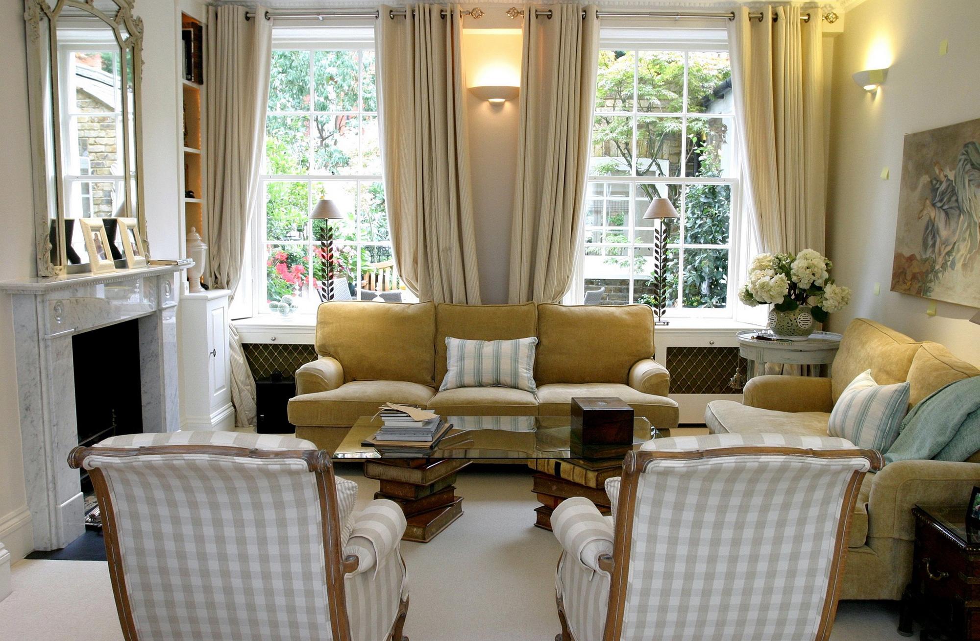 Гостиная с камином с двумя окнами