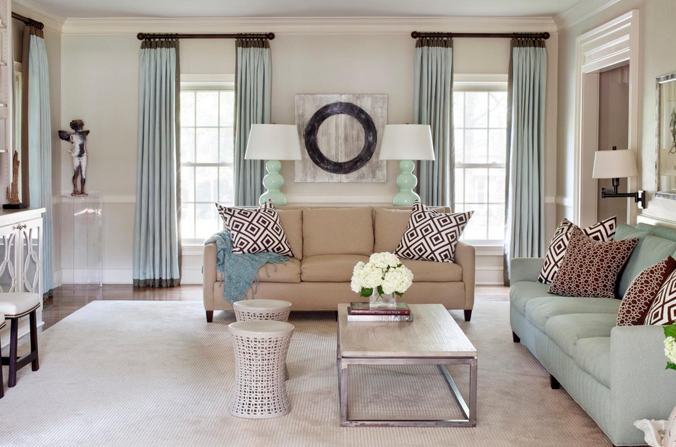 Гостиная с двумя окнами с мятными шторами