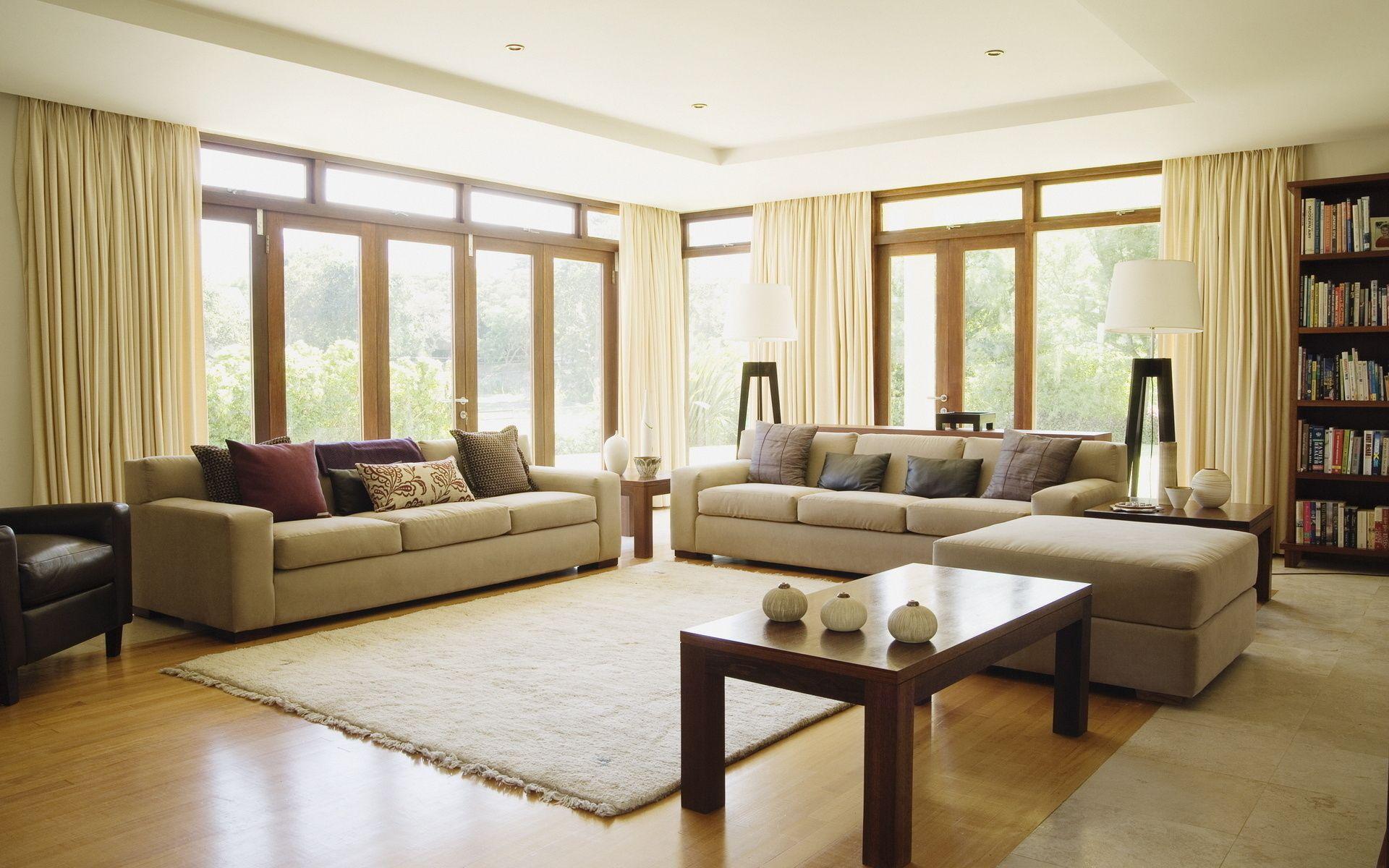 Вариант расстановки мебели в гостиной с двумя окнами