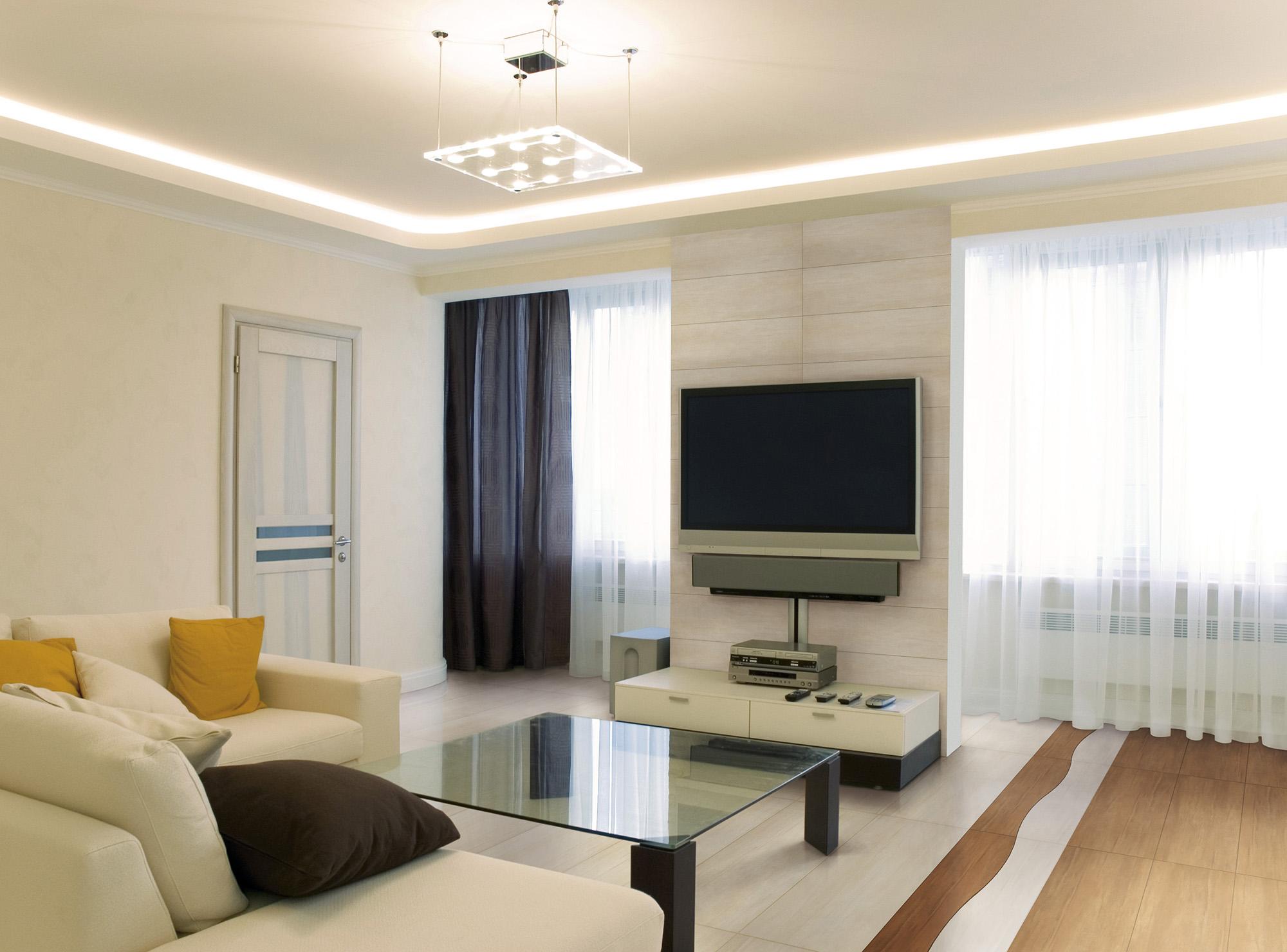 Коричнево-белая гостиная с двумя окнами
