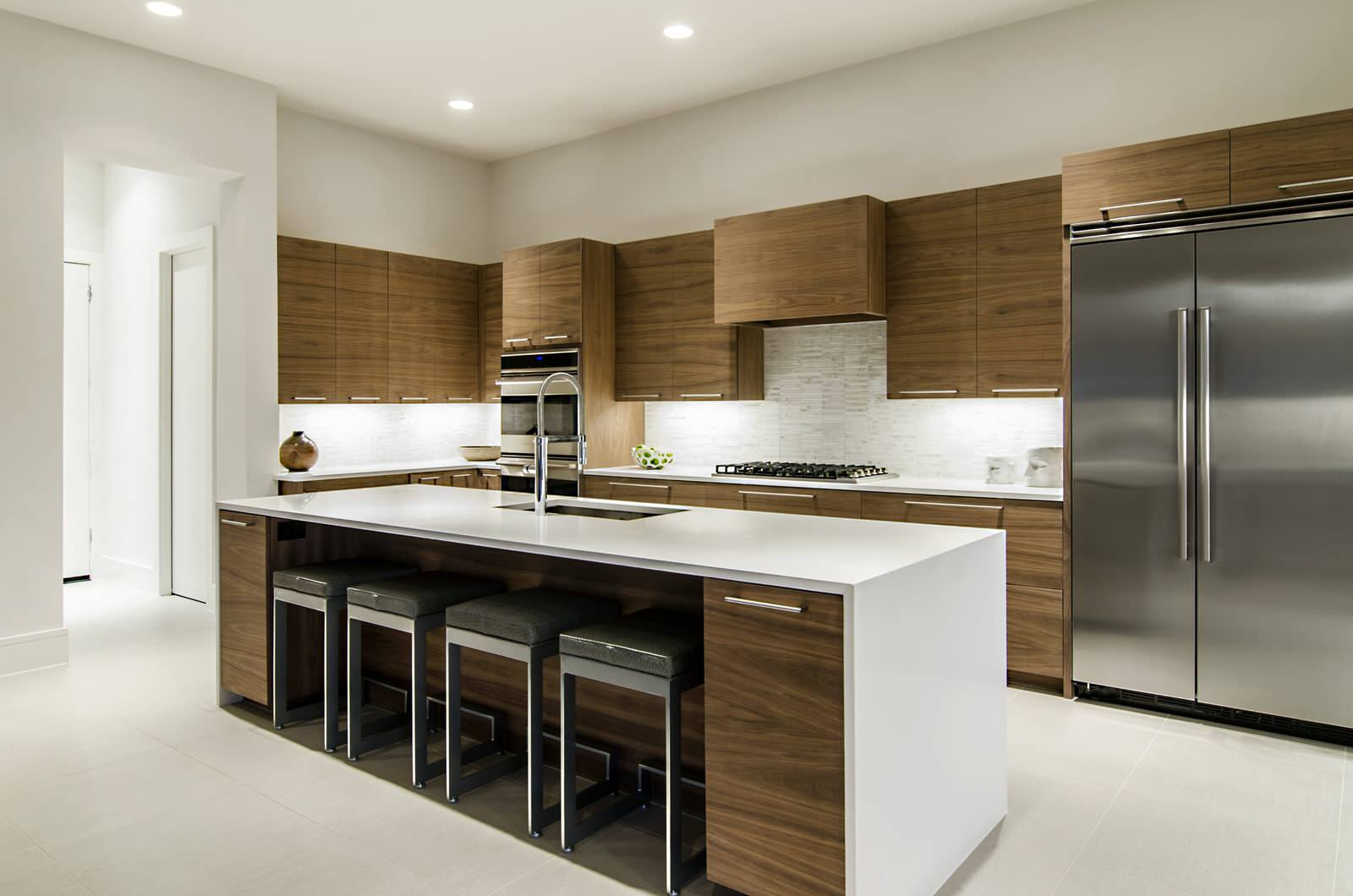 Просторная коричнево-белая кухня с островом