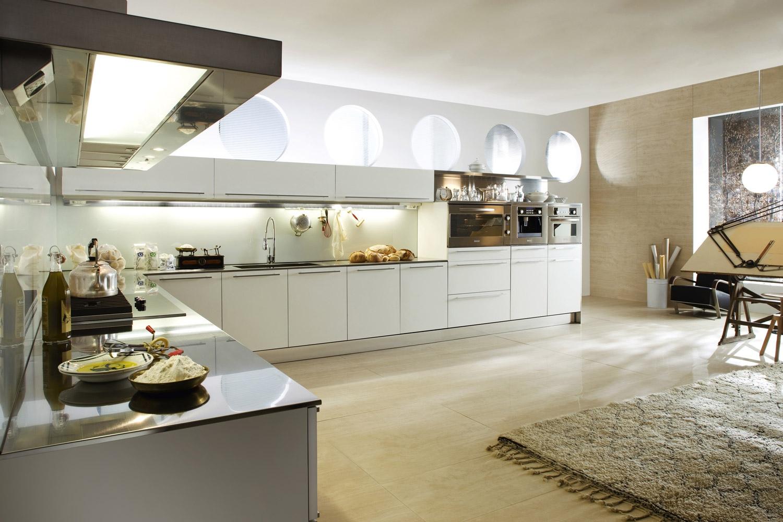 Большая кухня в стиле хай-тек