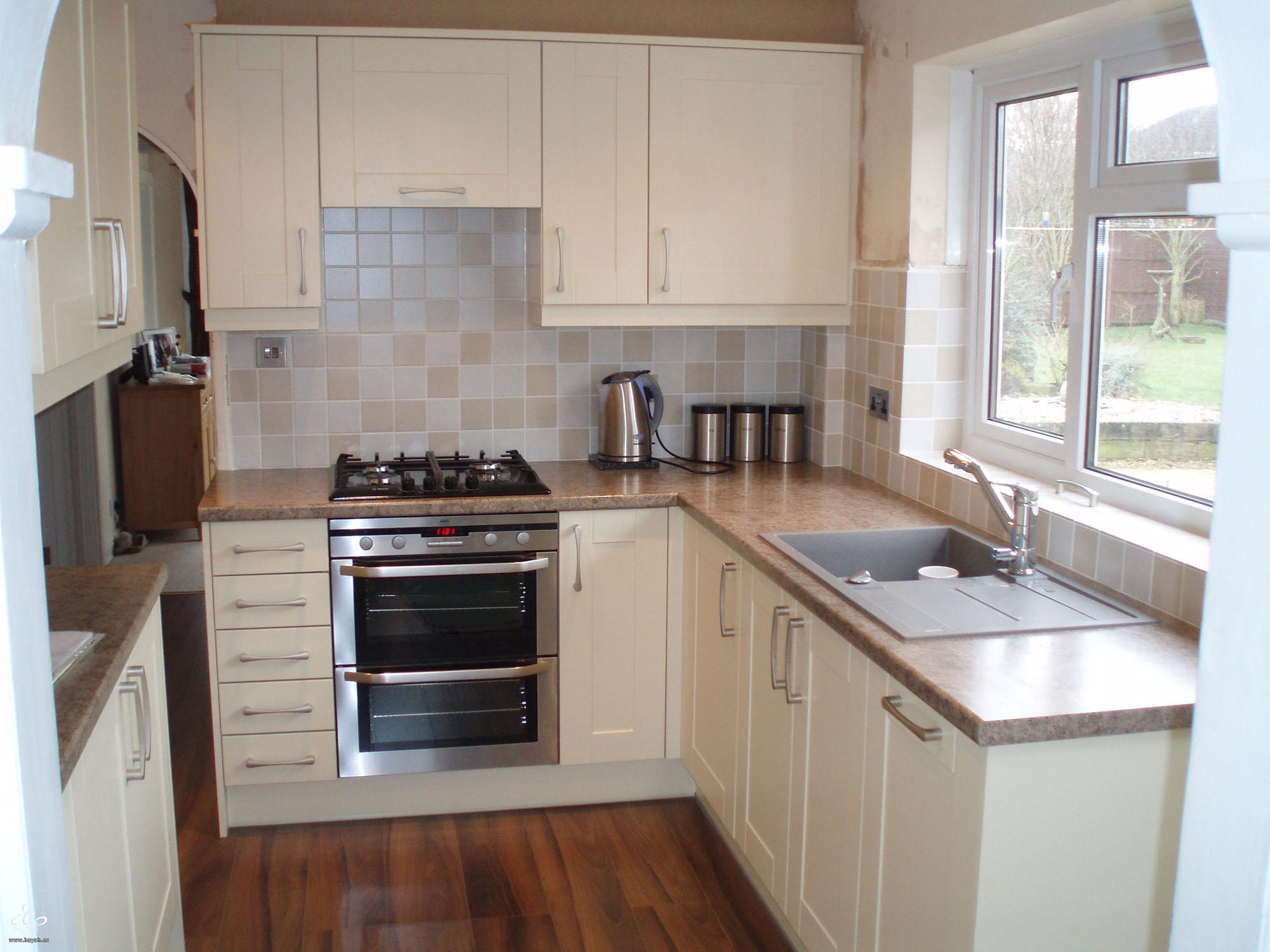 Маленькая кухня с бежево-коричневым гарнитуром