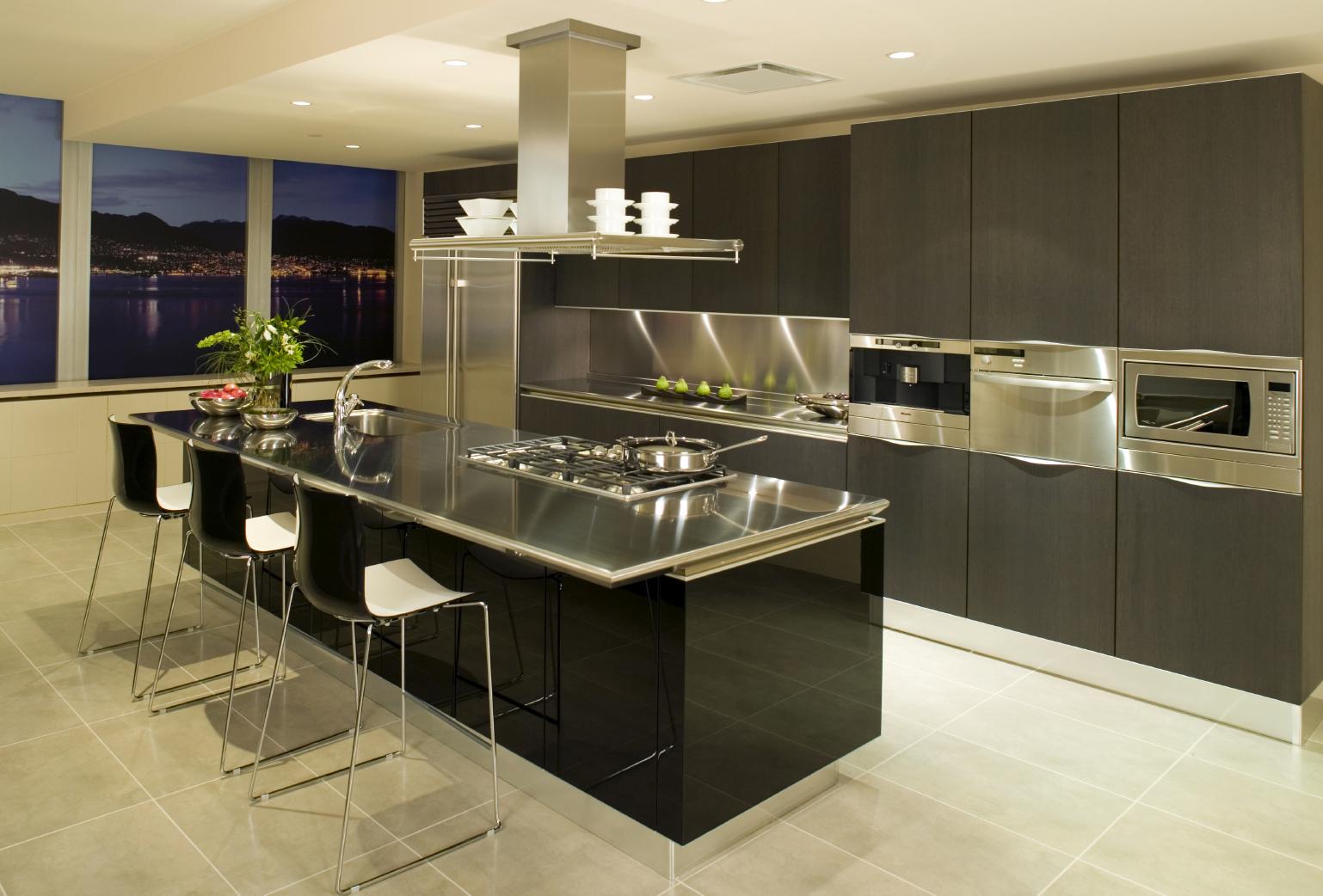Черный гарнитур на кухне