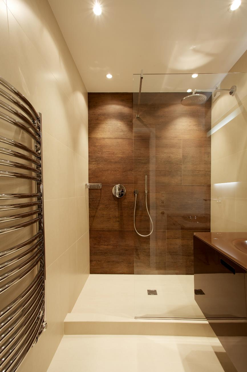 Душ без поддона в интерьере ванной
