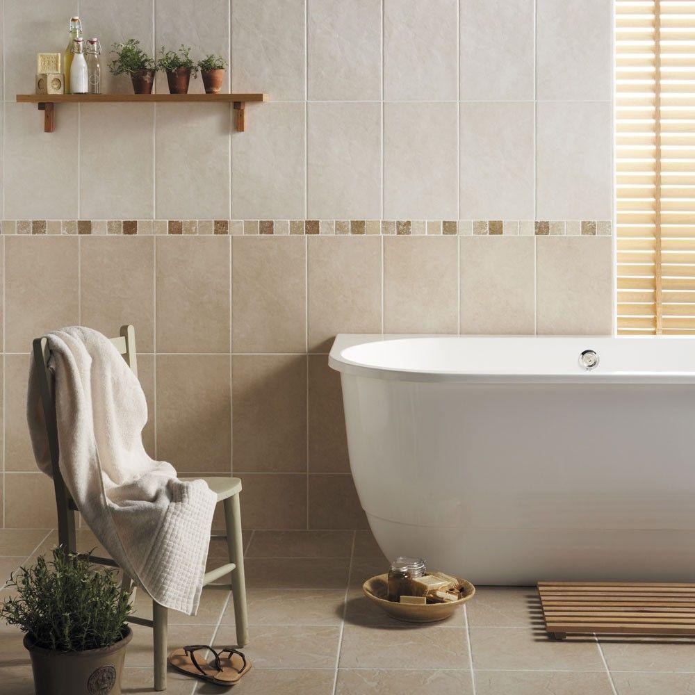 Бежевая ванная комната с кафелем