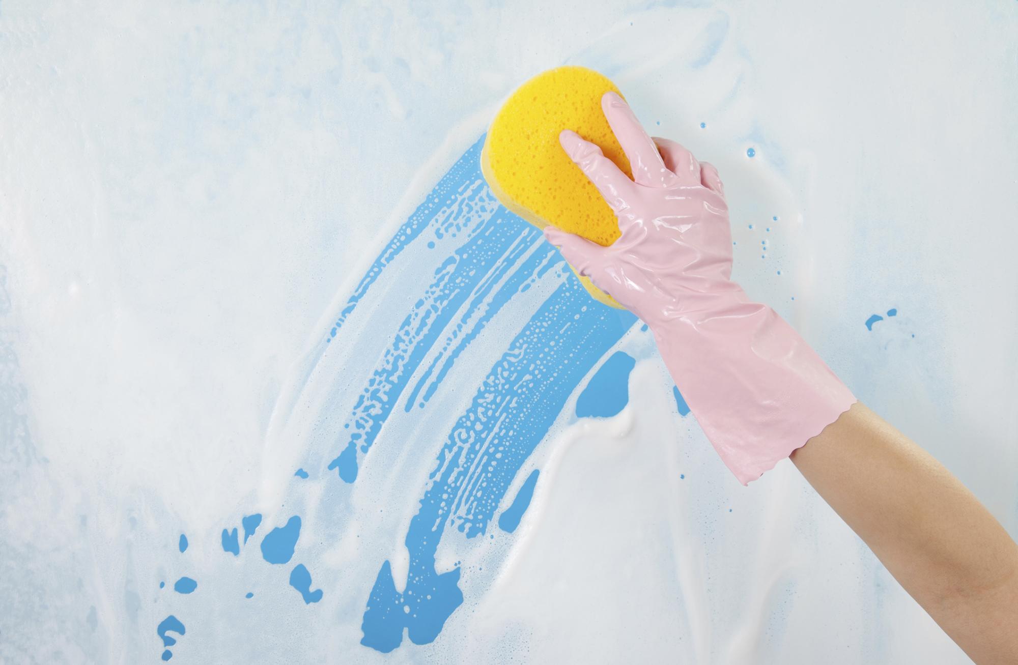 Мытье окон губкой с мыльным раствором