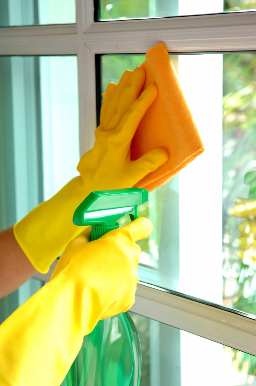 Мытье окон раствором и салфеткой