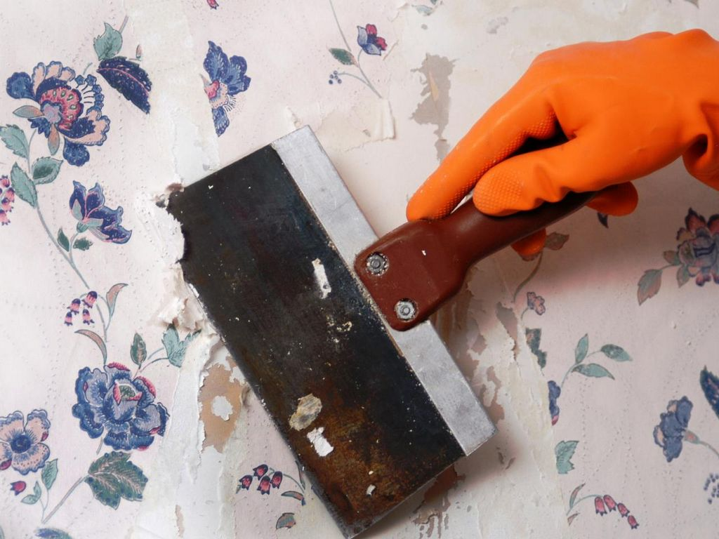 Процесс снятия старых обоев шпателем