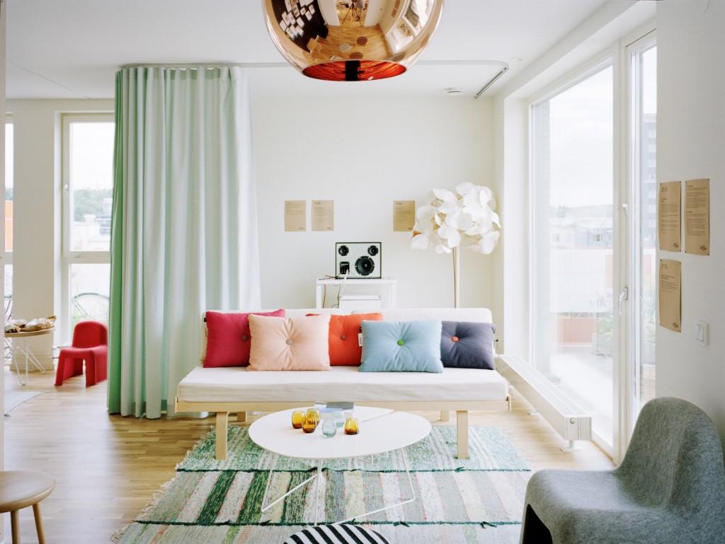 Уютная светлая гостиная с яркими акцентами