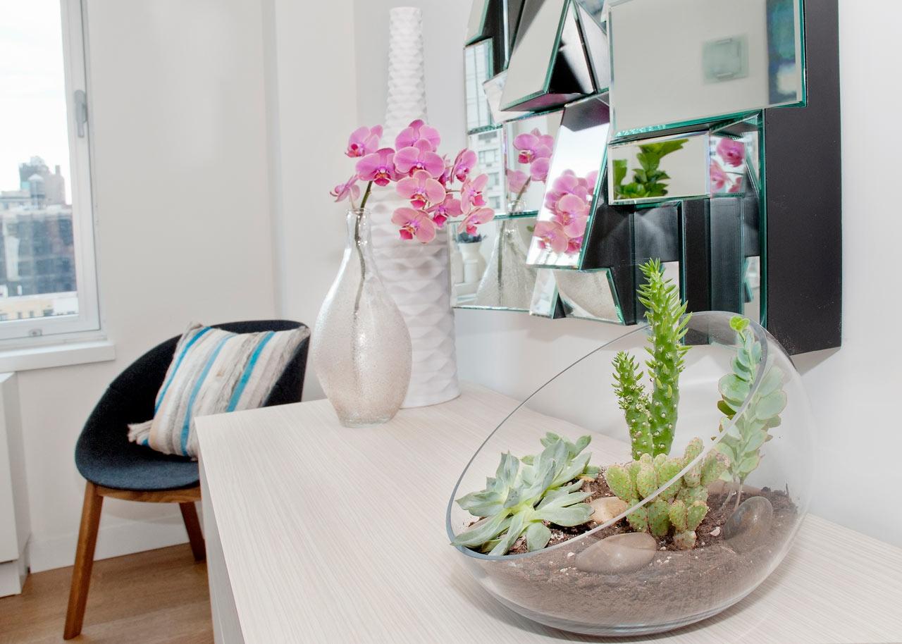 Полукруглый флорариум с кактусами и другими суккулентами