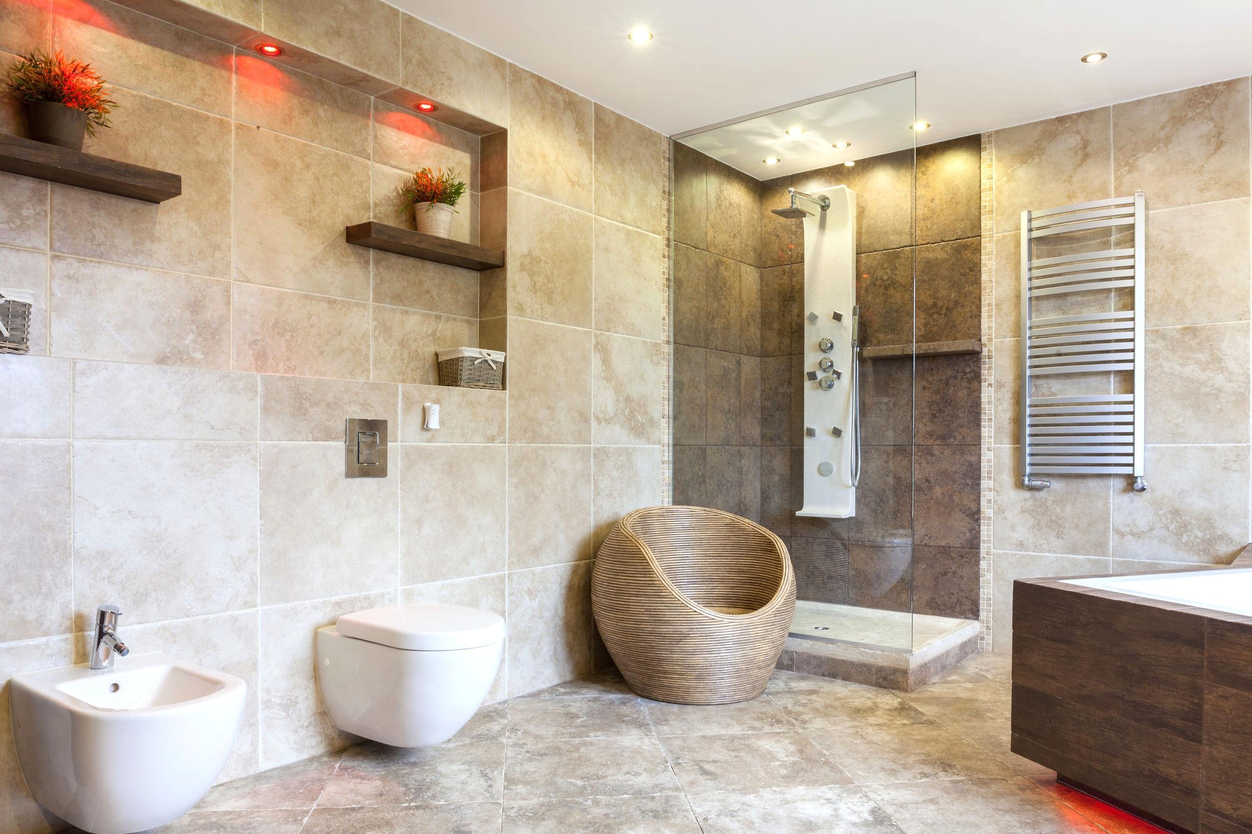Бежевая ванная комната с каменной плиткой