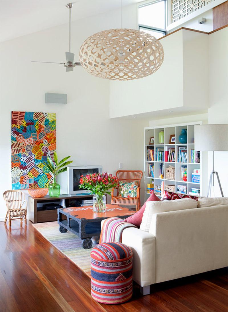 Яркая абстракция в гостиной для поднятия тонуса