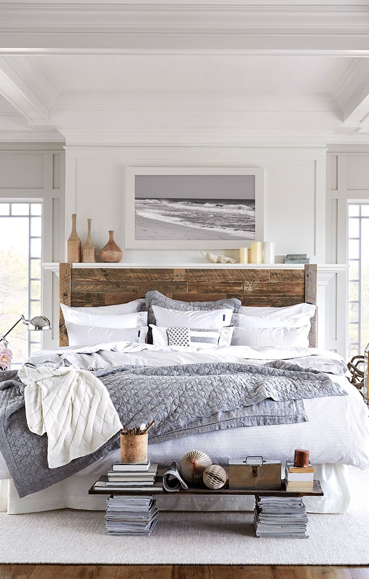 Черно-белая картина с морем в спальне