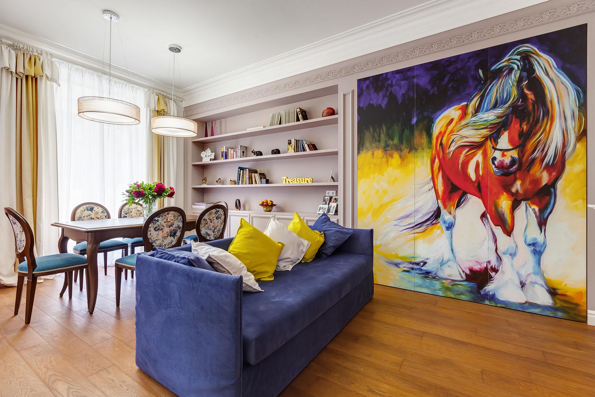 Большая картина с лошадью в интерьере гостино-столовой по фен-шуй