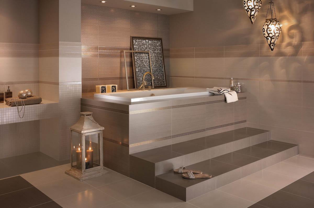Бежевая ванная комната с керамической плиткой
